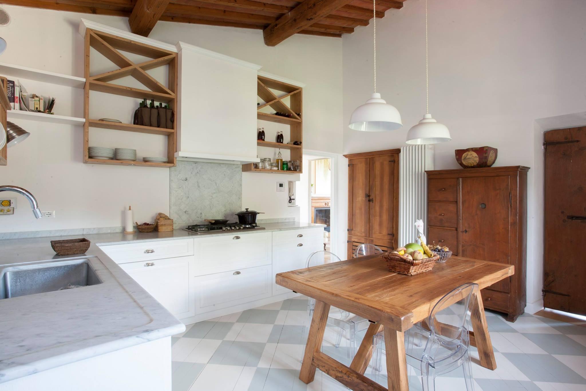 Cucina Bianca Moderna Con Tavolo Antico.Cucine Su Misura Cucine In Legno Arredamentiroma